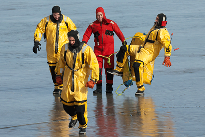 Lt. Rennich, Adam Shockey, Chris Brown, Doug Hurst ice rescue training