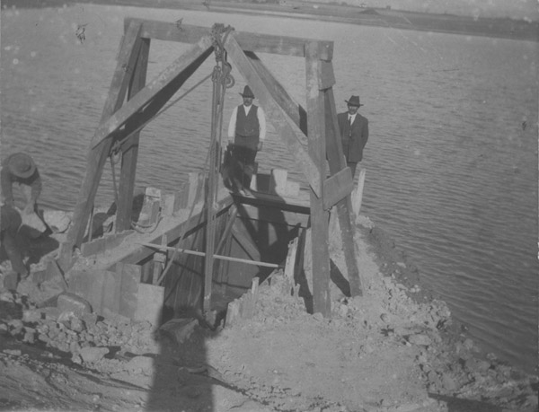 "Construction of the headgate at the ""Plant Lake"" (Waneka Lake) in 1906"